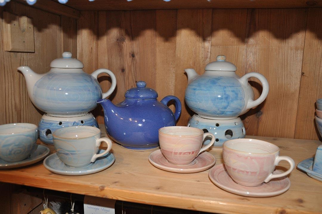 handgetöpferte Teekannen und Tassen