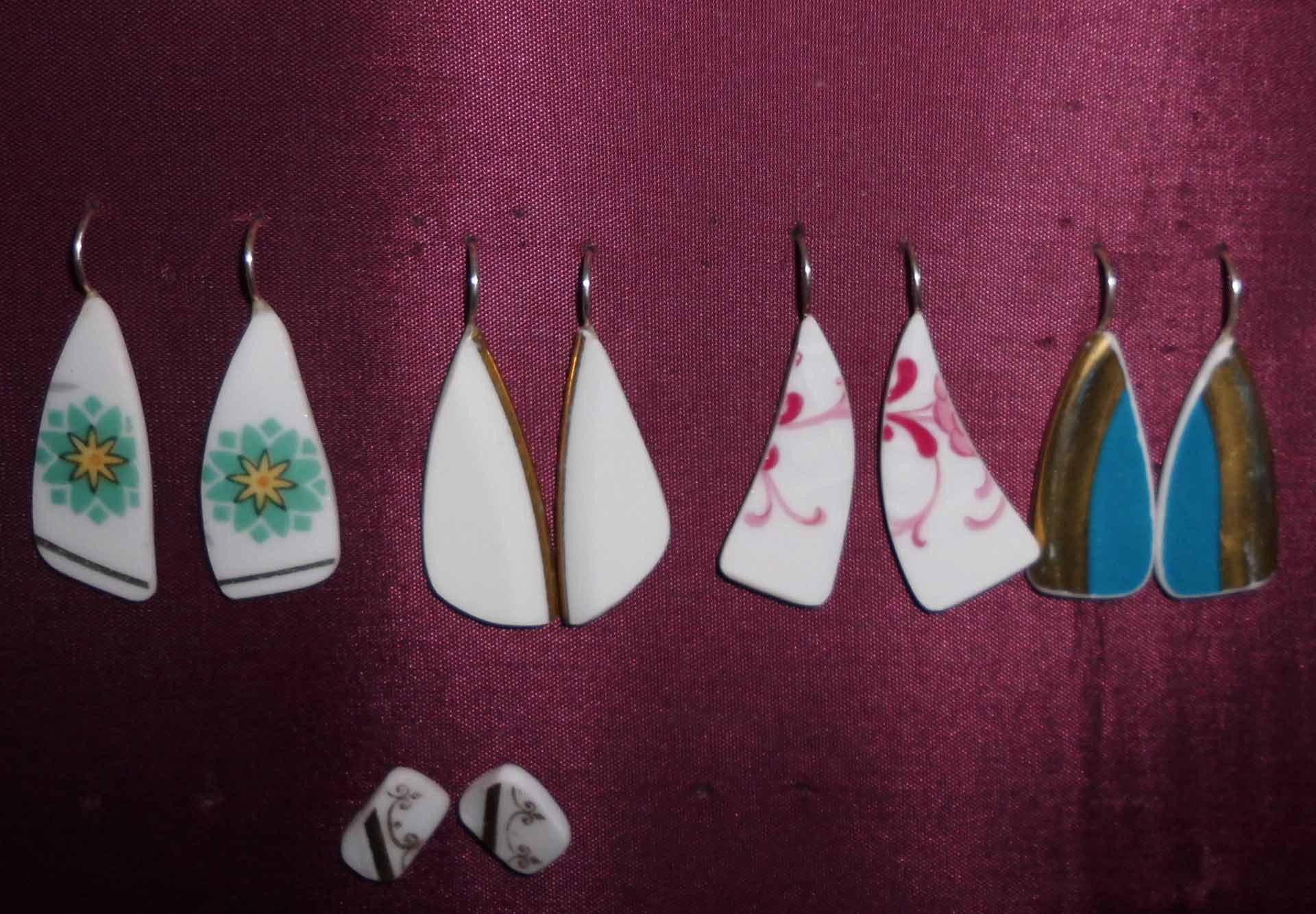 Ausstellungswand mit in dünnen Silberrahmen eingefassten Scherben aus Poltergeschirr
