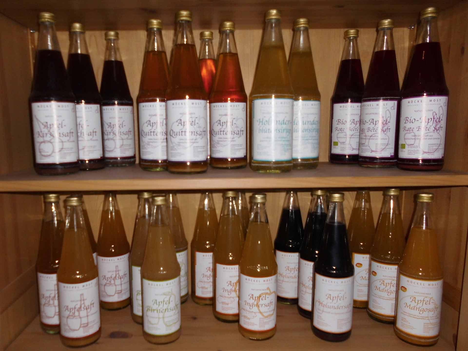 Saftflaschen in einem Regal